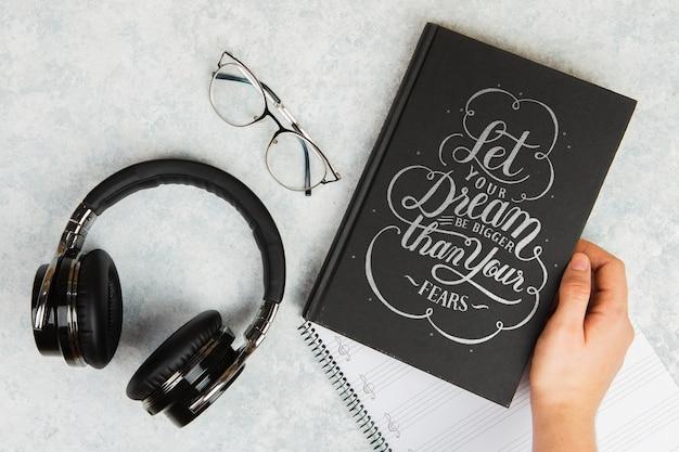 Laat je droom groter zijn dan je angsten citaat boek en koptelefoon Gratis Psd