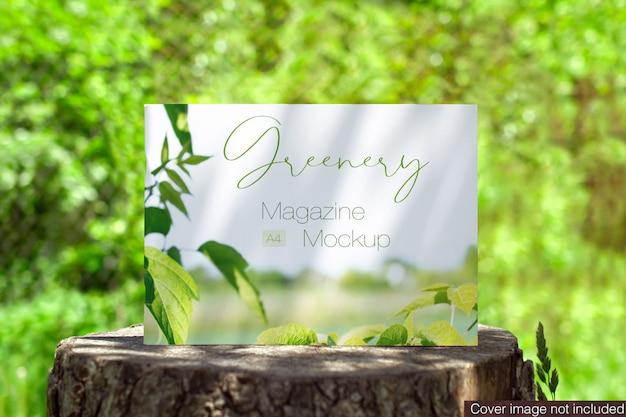 Landschapstijdschrift op een scène van een stomppodium in openlucht mock-up Premium Psd