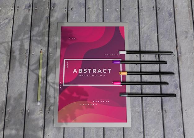 Lápices de colores y folletos de acuarela marca empresa papel de maqueta de negocios PSD gratuito