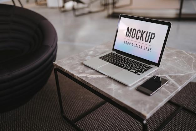 Laptop en een telefoon op een marmeren tafel Gratis Psd