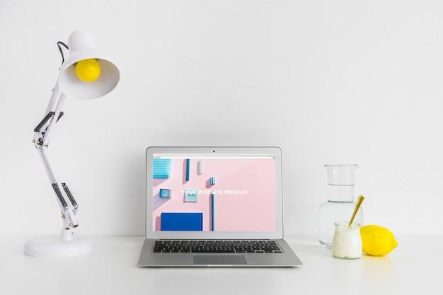 Laptop met mockup-scherm in schone en opgeruimde werkruimte. onderwijs thema Premium Psd