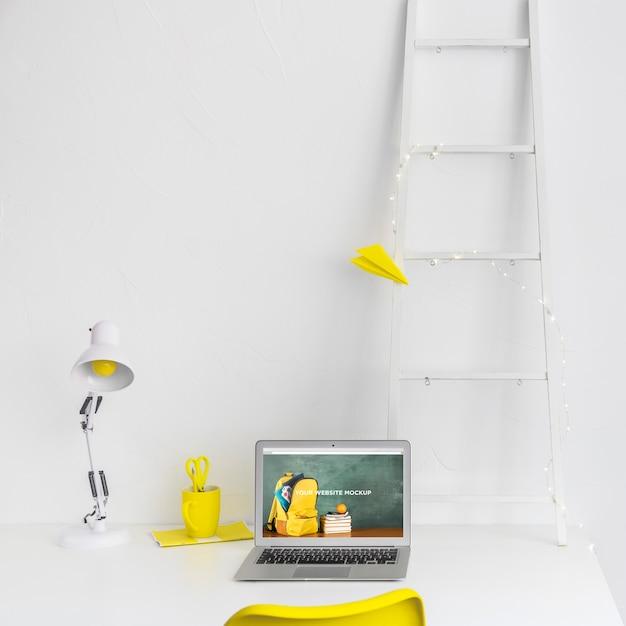 Laptop met mockup-scherm in schone en opgeruimde werkruimte. onderwijs thema Gratis Psd