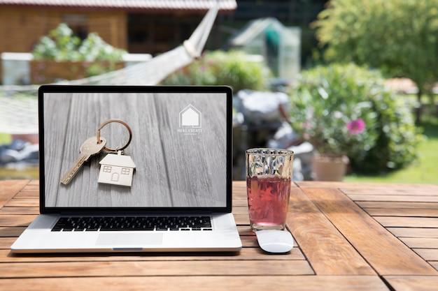 Laptop mockup buitenshuis Gratis Psd