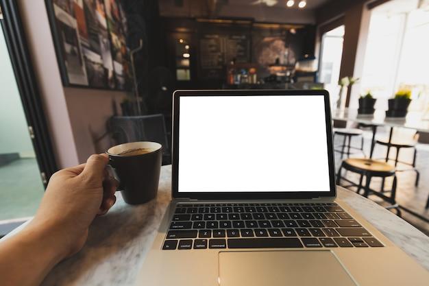 Laptop mockup en hete espresso in koffiewinkel Premium Psd