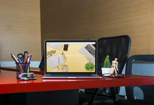 Laptop mockup op bureau Gratis Psd
