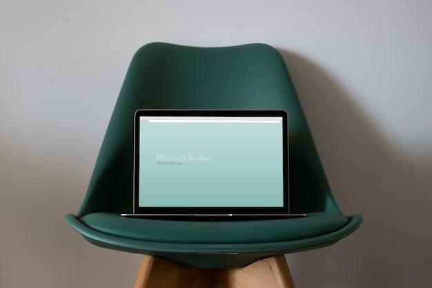 Laptop mockup sulla sedia Psd Gratuite