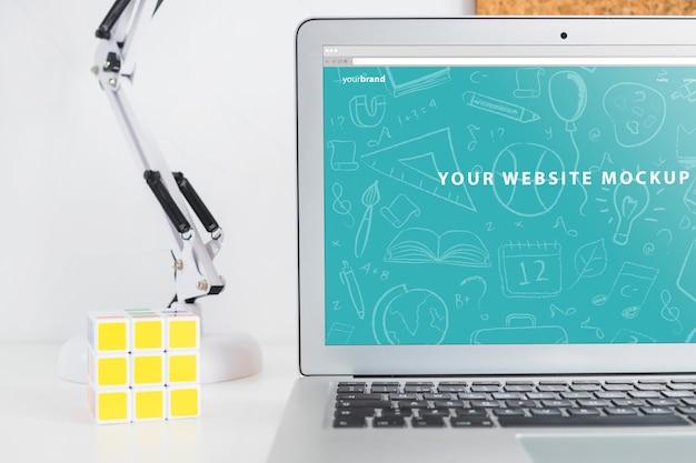 Laptop mockup voor websitepresentatie met terug naar schoolconcept Gratis Psd