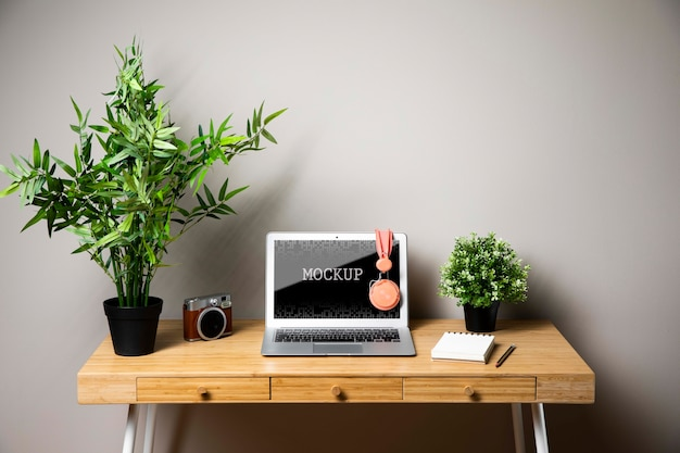 Laptopmodel met hoofdtelefoons en camera Gratis Psd