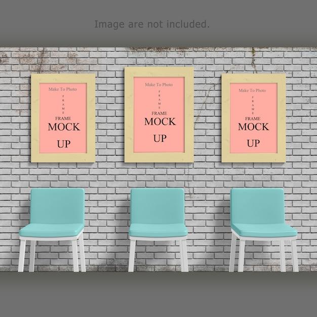 Leeg fotoframe mock-up op bureau en voorzijde van oude bakstenen muur Premium Psd