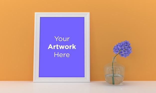 Leeg fotolijst mockup design met gele muur en paarse bloem Premium Psd