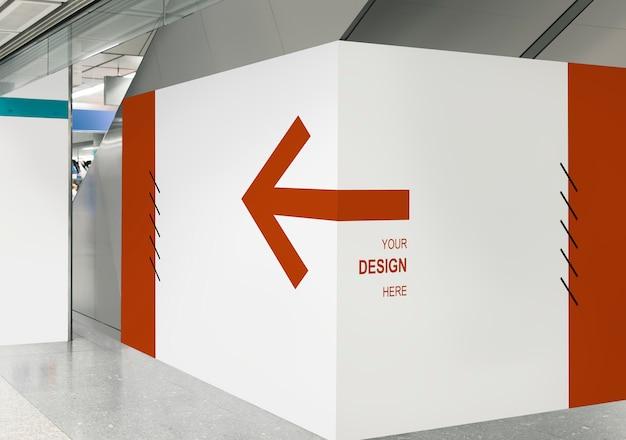 Leeg tentoonstellingsmuurmodel bij een station Gratis Psd