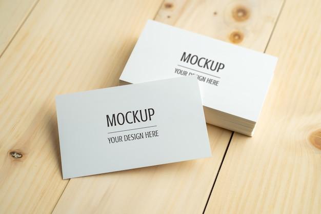 Leeg wit visitekaartje op houten lijst Premium Psd