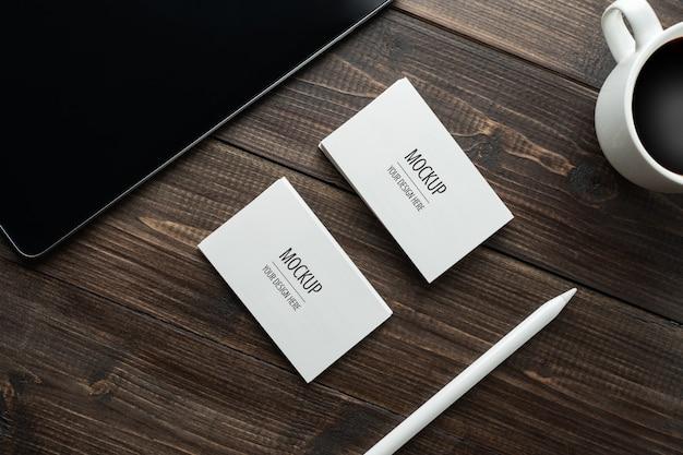 Leeg wit visitekaartjemodel en tablet met naald Premium Psd