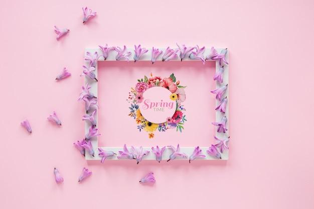 Leg het mock-upmodel voor de lente Gratis Psd