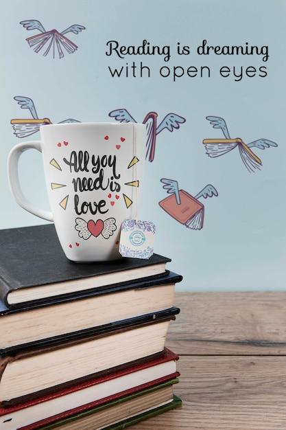 Leggere è sognare con la citazione di occhi aperti e una pila di libri Psd Gratuite