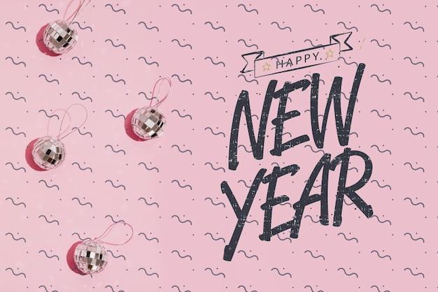 Letras de año nuevo con pequeños adornos de bolas de discoteca PSD gratuito