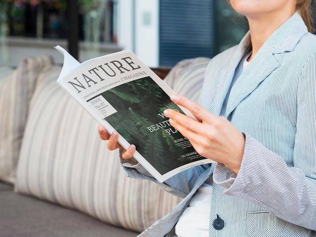 Lezing met tijdschrift over de natuur Gratis Psd