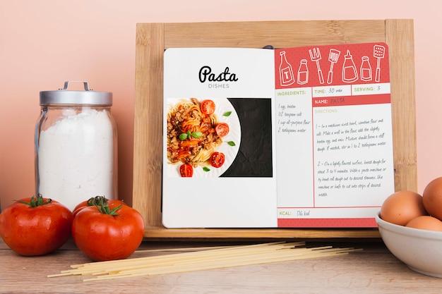 Libro menu di piatti di pasta con zucchero e pomodori Psd Gratuite