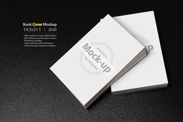 Libros con portada en blanco sobre mesa oscura brillante PSD Premium
