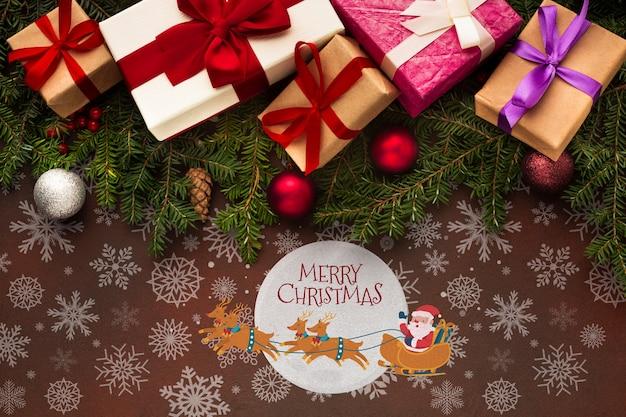 Lindas cajas de regalo y hojas de pino de navidad PSD gratuito
