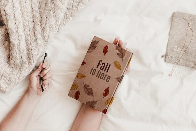 Literatuur en herfstmodel Gratis Psd