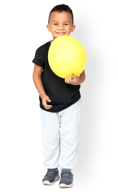 Little boy holding balloon party studio portret Premium Psd