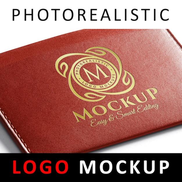Logo mockup - logo dorato inciso sul portafoglio in pelle rossa Psd Premium