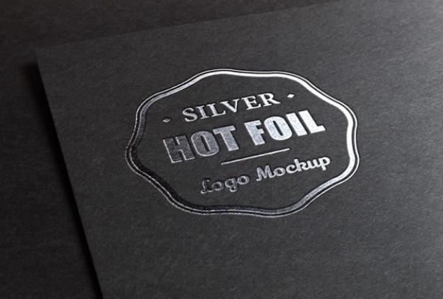 Logotipo de maqueta con la impresión de lámina metálica PSD gratuito