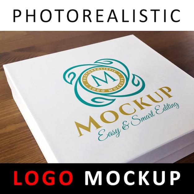 Logotipo de maqueta - logotipo coloreado impreso en caja de tarjeta blanca PSD Premium