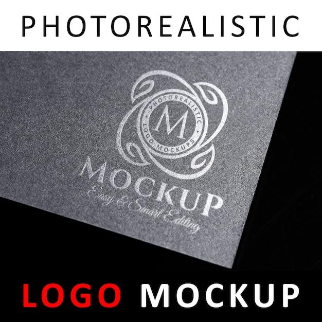 Logotipo de maqueta - logotipo de plata estampada en tarjeta gris oscuro PSD Premium