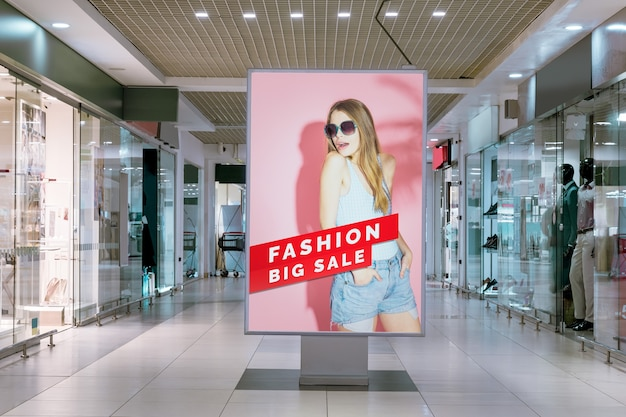 Mall reclame mock-up vrouw op billboard Gratis Psd