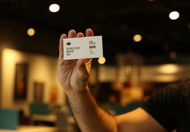 Man hand met visitekaartje mockup psd Premium Psd