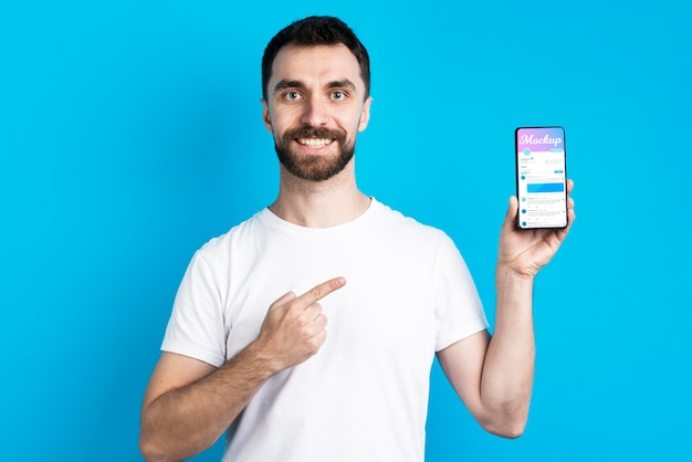 Man in wit overhemd met vooraanzicht van de mobiele telefoon Gratis Psd