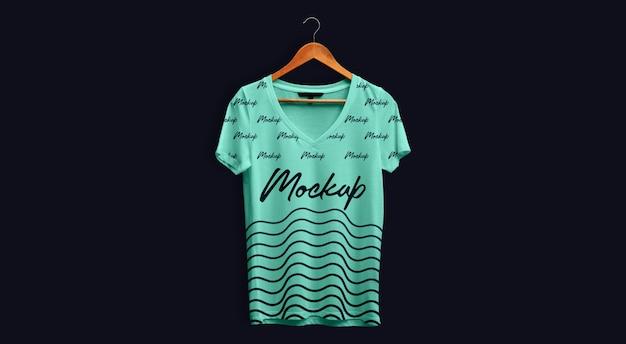 Man t-shirt mockup v-hals groenblauw hangend Premium Psd