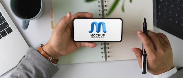 Mannelijke bedrijf mock-up horizontale smartphonescherm Premium Psd
