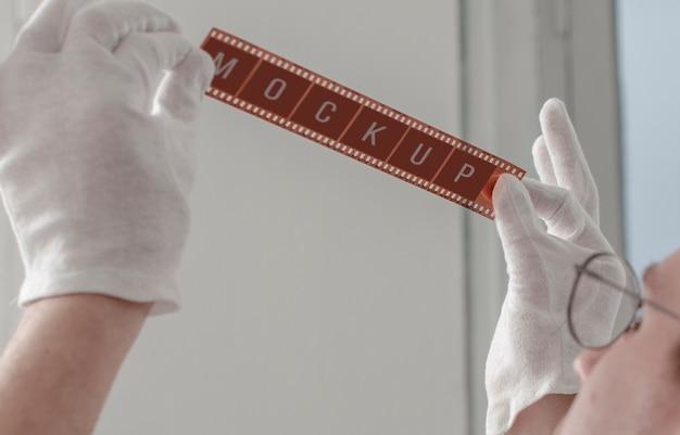Mannelijke fotograaf die camerafilm steunt Gratis Psd