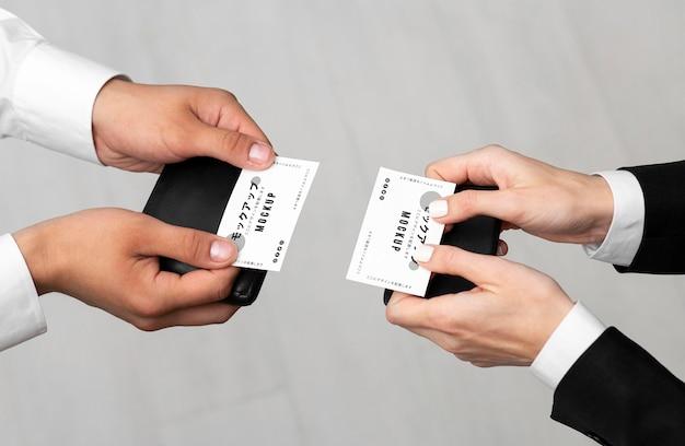 Mannen houden visitekaartjes mock-up Gratis Psd