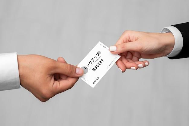 Mannen met een visitekaartje mock-up Gratis Psd