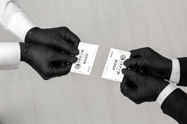 Mannen met handschoenen met visitekaartjesmodel Gratis Psd