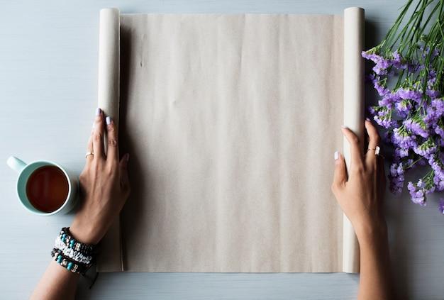 Manos de la gente que muestran el rollo de papel en blanco espacio de diseño vacío PSD gratuito