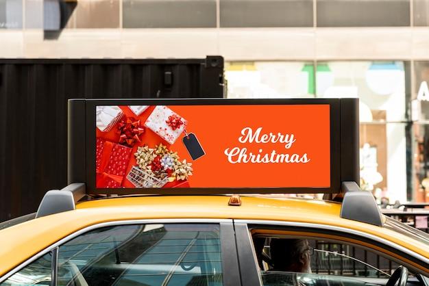 Maqueta de cartelera navideña en taxi PSD gratuito