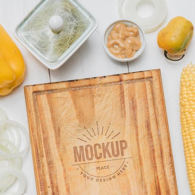 Maqueta de comida sana de tablero de madera PSD gratuito
