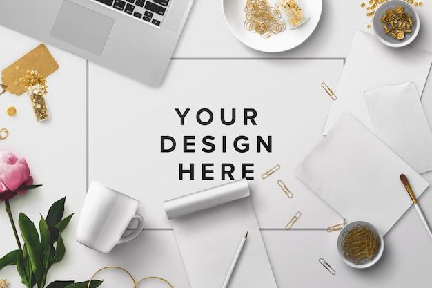 Maqueta de escritorio de oficina con laptop y papeles PSD gratuito