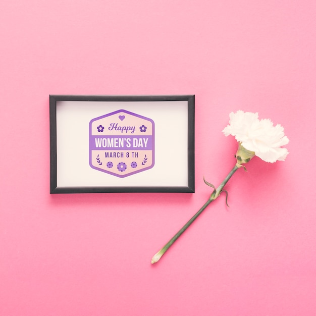 Maqueta de flores y marcos sobre fondo rosa PSD gratuito