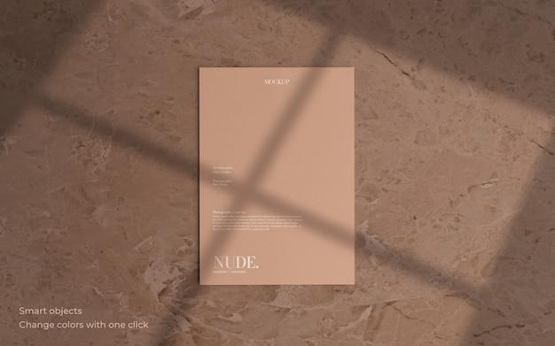 Maqueta de folleto mínima con sombra suave PSD gratuito
