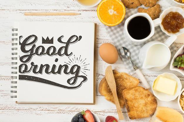 Maqueta de libreta con concepto de desayuno PSD gratuito