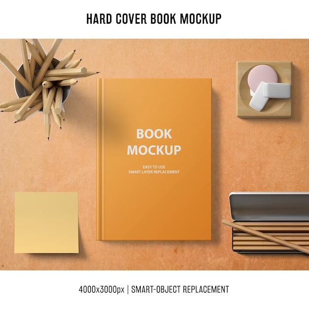 Maqueta de libro de tapa dura con nota adhesiva PSD gratuito