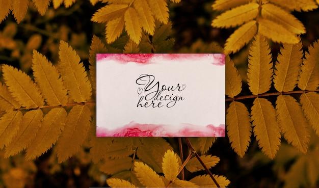 Maqueta de marca en blanco de verano sobre fondo de hojas de otoño PSD Premium