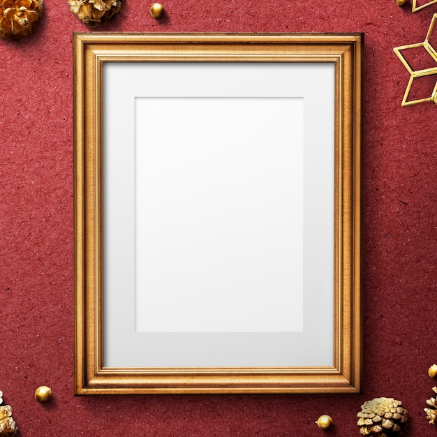 Maqueta de marco dorado clásico con adornos navideños PSD gratuito