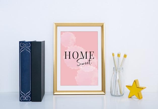 Maqueta de marco dorado con jarrón y objeto para decoración de interiores. PSD Premium